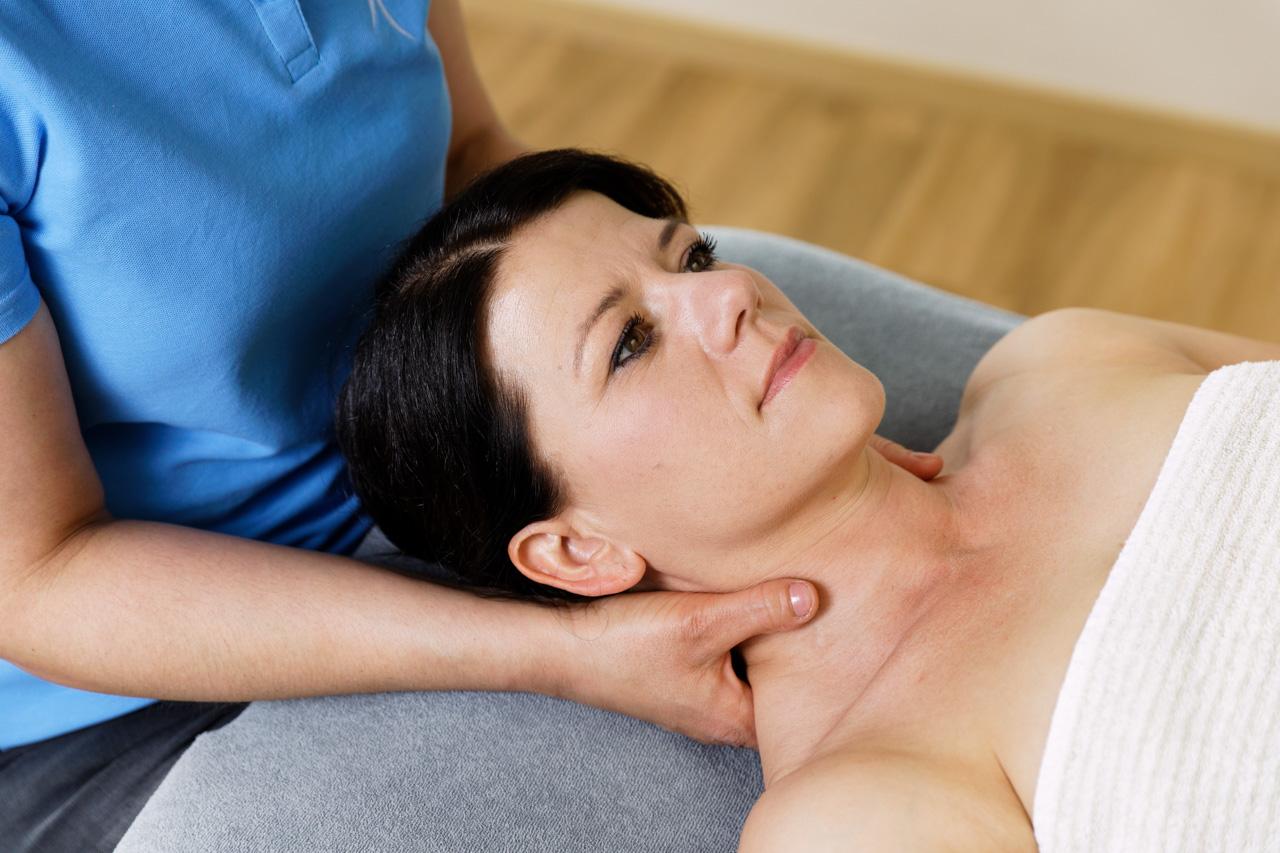 Traktion der Halswirbelsäule z.B. bei Bandscheibenproblematiken in der Halswirbelsäule, bei halswirbelsäulenbedingten Kopfschmerzen oder bei Zustand nach Schleudertrauma